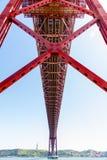 Os 25 de abril Bridge são uma ponte de suspensão em Lisboa Fotos de Stock