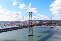 25os de April Suspension Bridge sobre o Tagus River em Lisboa, Imagem de Stock Royalty Free