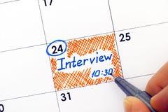 Os dedos da mulher com lembrete da escrita da pena entrevistam 10-30 calen dentro Fotos de Stock