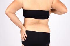 Os dedos da mulher que medem sua gordura da barriga Fotos de Stock