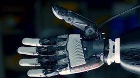 Os dedos de um braço biônico estão dobrando-se no movimento rápido filme