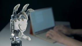 Os dedos de um braço robótico estão fazendo um gesto da aprovação vídeos de arquivo