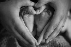 Os dedos do pé pequenos nós mantemos o para aquecer-se e o cofre forte fotografia de stock