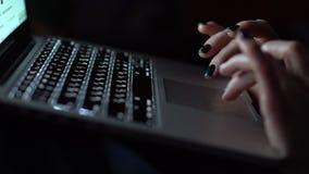 Os dedos fêmeas tocam no touchpad do ` s do portátil video estoque