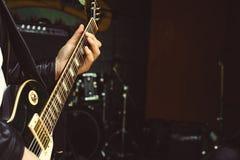 Os dedos no fretboard da guitarra imagem de stock royalty free