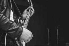 Os dedos no fretboard da guitarra imagens de stock