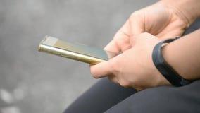 Os dedos texting em telefones celulares nas m?os das mulheres vídeos de arquivo