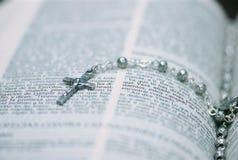 OS del detalle un rosario de plata Imagenes de archivo