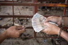 Os delinquente dão o dinheiro em troca da liberação, fotografia de stock