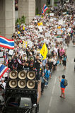 Os demonstradores de V antigovernamental para grupos de Tailândia vestem Imagens de Stock
