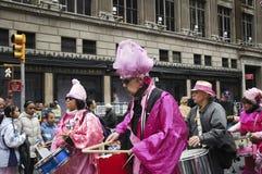 Os demonstradores pacíficos do ` do rosa do código do ` que participam na Páscoa desfilam na 5a avenida em New York City Imagens de Stock