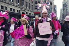 Os demonstradores pacíficos do ` do rosa do código do ` que participam na Páscoa desfilam na 5a avenida em New York City Imagem de Stock Royalty Free