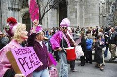 Os demonstradores pacíficos do ` do rosa do código do ` que participam na Páscoa desfilam na 5a avenida em New York City Fotografia de Stock