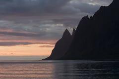 Os dentes do diabo, rochas na ilha de Senja, Noruega do norte Fotos de Stock Royalty Free