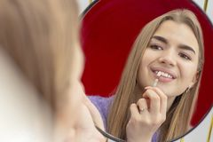 Os dentes que claream a menina do procedimento pegaram a m?scara dos dentes imagens de stock