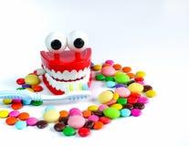 Os dentes zombam acima com escova de dentes e os doces coloridos Fotografia de Stock
