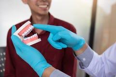 Os dentistas estão discutindo o tratamento dental para pacientes imagens de stock