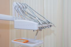 Os dentistas presidem e furam dentro o escritório dental da clínica para tratar pacientes com a ortodontia Conceito do cuidado do Fotos de Stock Royalty Free