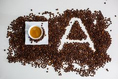 Os depósitos são café encontrado do copo do feijão de café fabricado cerveja e a imagem da letra A Fotografia de Stock Royalty Free