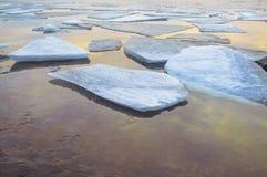 Os derretimentos do gelo do rio Imagens de Stock