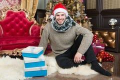 Os desejos do Natal vêm verdadeiro Homem feliz com caixas de presente do xmas O indivíduo está comemorando o Natal em casa Natal  fotografia de stock