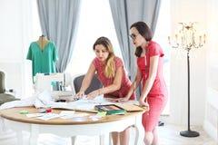 Os desenhadores de moda estão trabalhando em um novo conceito no studi da forma foto de stock royalty free