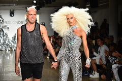 Os desenhistas David Blond e Phillipe Blond aparecem na pista de decolagem no desfile de moda de Blonds foto de stock