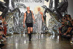 Os desenhistas David Blond e Phillipe Blond aparecem na pista de decolagem no desfile de moda de Blonds imagem de stock