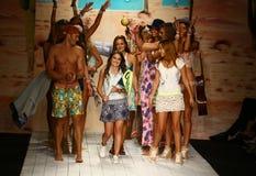 Os desenhistas Manuela e Amalia Sierra de Maaji e modelam o final da pista de decolagem das caminhadas durante o desfile de moda  Fotos de Stock