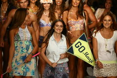 Os desenhistas Manuela e Amalia Sierra de Maaji e modelam o final da pista de decolagem das caminhadas durante o desfile de moda  Imagens de Stock Royalty Free