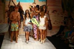 Os desenhistas Manuela e Amalia Sierra de Maaji e modelam o final da pista de decolagem das caminhadas durante o desfile de moda  Fotografia de Stock
