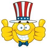 Os desenhos animados amarelos patrióticos de sorriso Emoji enfrentam o caráter que veste um chapéu dos EUA e que dá dois polegare