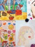 Os desenhos das crianças para o dia de mãe no quadro-negro fotografia de stock royalty free