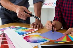 Os designer gr?ficos escolhem cores das amostras das faixas da cor para o projeto Conceito gr?fico do trabalho da faculdade criad fotos de stock