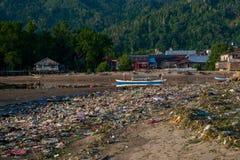 Os desperdícios frequentemente foram despejados em águas litorais e do oceano em países em vias de desenvolvimento e causaram mui imagens de stock