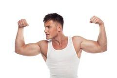 Os desportistas novos demonstram os bíceps Fotos de Stock Royalty Free