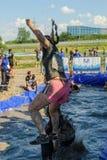 Os desportistas saltam na água Caráter de aço Tyumen Foto de Stock Royalty Free