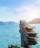 Os destinos da parte superior de Vietname, baía longa do Ha vangloriam-se de ilhas rochosas Curso de cinzeladura de madeira do ba imagem de stock royalty free