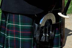 Os detalhes da saia do kilt e os sacos pequenos com borlas pròxima imagem de stock royalty free