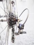 Os detalhes das peças da roda e da corrente de bicicleta fecham-se acima foto de stock royalty free
