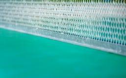 Os detalhes de azuis celestes esverdeiam a tabela de pingpong e a rede do whihe Foto de Stock
