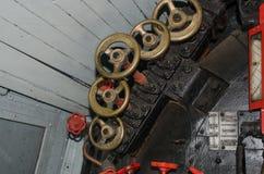 Os detalhes de válvulas na cabina do piloto do grande vapor treinam Imagens de Stock Royalty Free