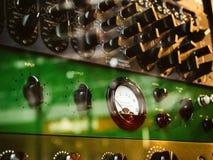 Os detalhes macro do close-up de Burl Studio controlam o monitor audio Foto de Stock