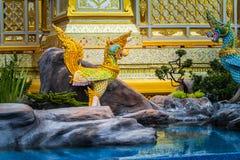os deuses Angel Kinnaree e os animais na literatura estão nadando no imagem de stock