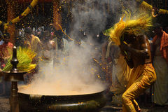 Os devotos hindu executam a cúrcuma que banha o ritual durante o festival anual guardado no templo de Amman foto de stock royalty free