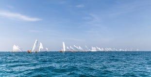Os dhows de navigação tradicionais competem de volta a Abu Dhabi em 60 do Dhow pés de raça da navigação foto de stock royalty free