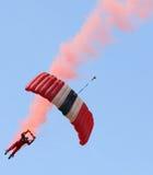 Os diabos vermelhos do regimento do paraquedas saltam de paraquedas equipe da exposição Fotografia de Stock Royalty Free