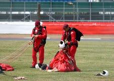 Os diabos vermelhos do regimento do paraquedas saltam de paraquedas equipe da exposição Imagens de Stock Royalty Free