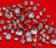 Os diamantes agrupam no fundo vermelho Fotos de Stock