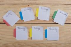 Os dias da semana - as etiquetas de papel unidas à placa são fotos de stock royalty free